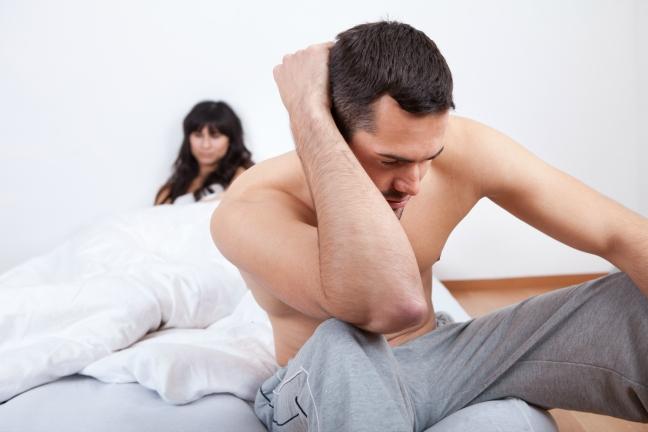 на кровати с женой