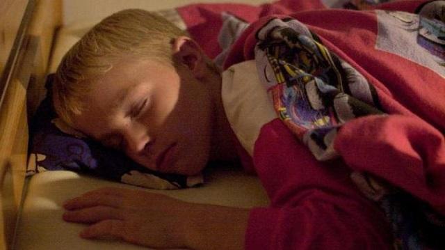 спит мальчик